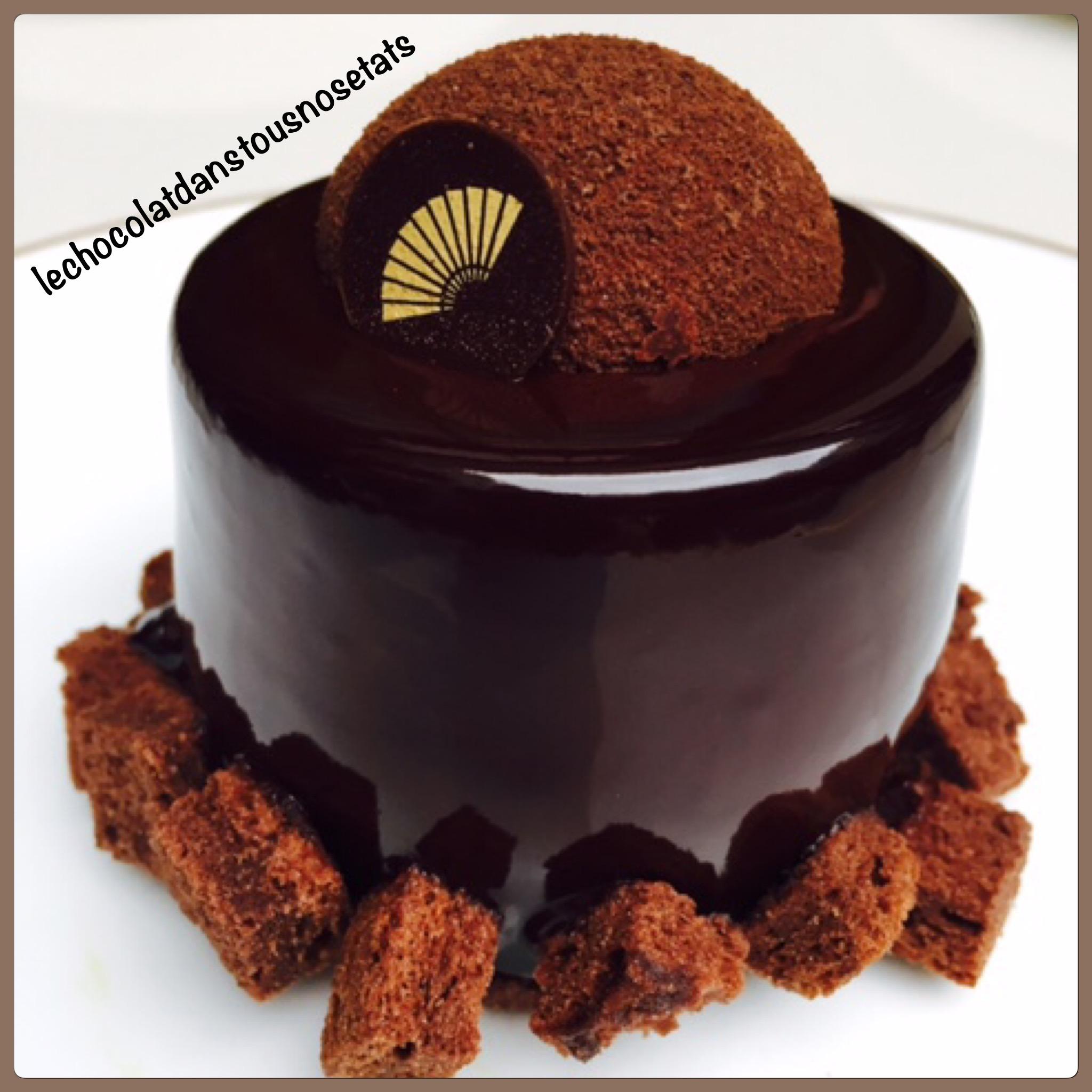 Le Trio de choux, une pâte à choux recouverte d\u0027un léger craquelin et trois  choux  le premier est fait d\u0027une crème pâtissière au chocolat, le second  est au