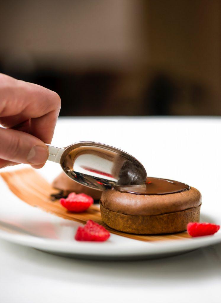 Tarte-soufflée-au-chocolat-et-framboises-pierre-herme-clarins-royal-monceau(menu-bien-être