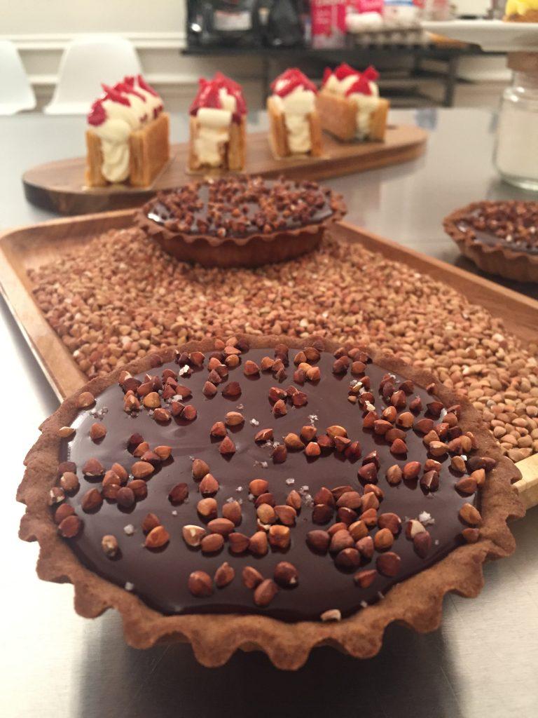 Atelier-pâtisserie-livre-nicolas-paciello-atelier-qui-déchire-recette-pas-à-pas-tarte-chocolat-sarrasin